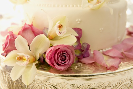 Foto de Wedding Cake with Roses and Tropical Flowers - Imagen libre de derechos