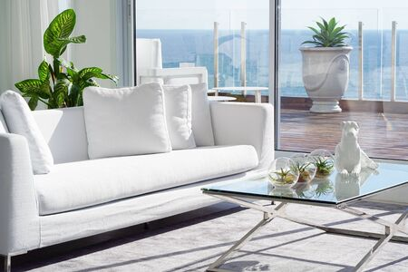 Photo pour Interior of the living room of the hotel. Beautiful living room with white sofa. White Concept Living Room Interior. Modern bed room interior in Luxury villa. White colours, big window - image libre de droit
