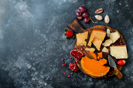 Photo pour Cheese variety board or platter with cheese assortment, grapes, honey, nuts. - image libre de droit