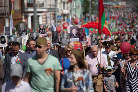 Photo pour Belarus, the city of Gomel, May 9, 2018. Holiday Victory Day. Central Park.Many people walk down the street on Victory Day - image libre de droit