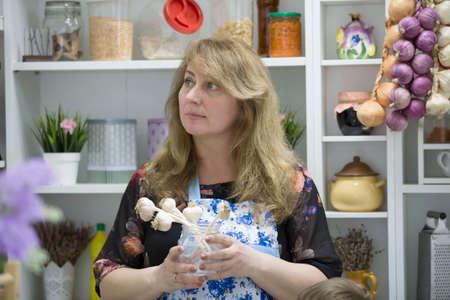 Photo pour Woman in the kitchen with garlic - image libre de droit