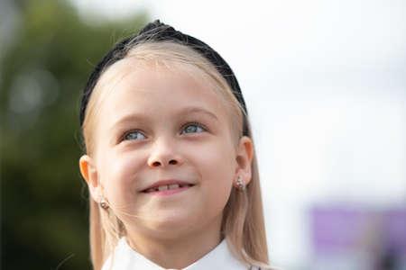 Photo pour Blue-eyed little girl close-up. A child of elementary age. - image libre de droit