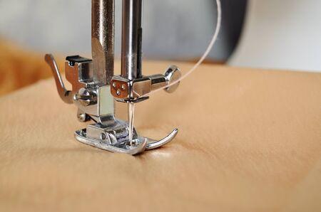 Photo pour sewing machine close-up of needle in fabric - image libre de droit