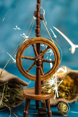 Photo pour Magic spinning wheel spin straw to gold whith sparkles from grimm's fairy tale Rumpelstiltskin - image libre de droit