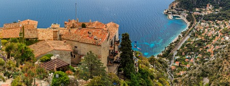 Photo pour Scenic view of the Mediterranean coastline and medieval houses from the top of the town of Eze village on the French Riviera - image libre de droit