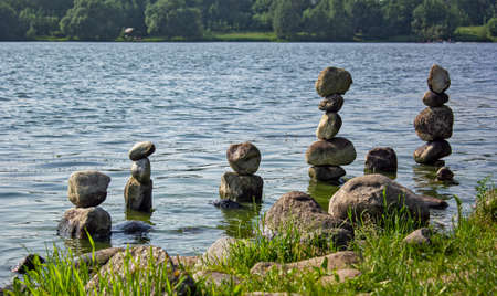 Foto de There are beautiful stone pyramids on the beach. Meditation in Europe - Imagen libre de derechos