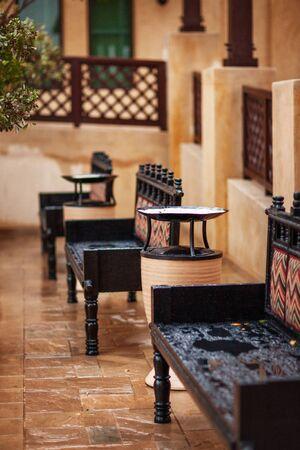 Photo pour Black carved benches in Souk Madinat Jumeirah - image libre de droit