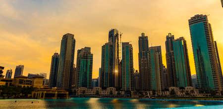 Photo pour Dubai, UAE - November 28, 2018: Downtown Dubai district. View of the singing fountains. - image libre de droit