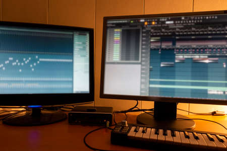 Photo pour Workplace in a small home music studio. - image libre de droit