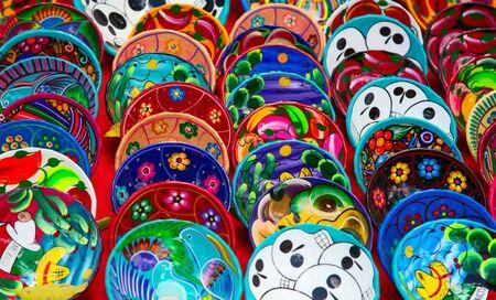 Photo pour Colorful traditional mexican ceramics on the street market - image libre de droit