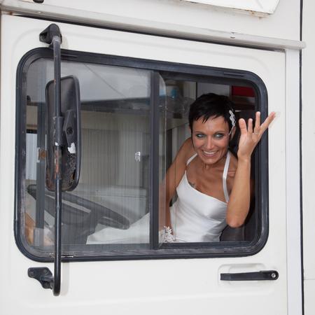Photo pour Bride in a vintage car - image libre de droit