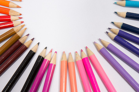 Photo pour Color pencils in arrange in color wheel colors on white background - image libre de droit