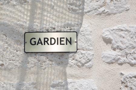 Photo pour french sign on building outdoor gardien means guardian concierge service in french - image libre de droit