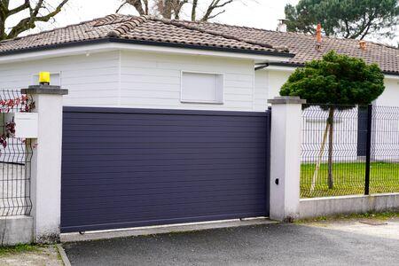 Photo pour gray aluminum gate portal of suburb house - image libre de droit