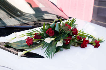 Photo pour marriage red wedding flower bouquet in front of the car - image libre de droit