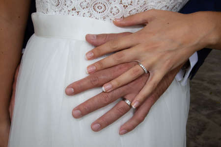 Photo pour bride and groom hands with rings in wedding day on marriage dress background - image libre de droit