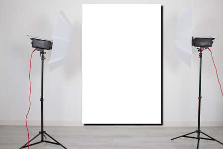 Photo pour mockup empty room with blank white screen poster studio lights on tripod stands in Concept background with modern lighting equipment for professional photographer - image libre de droit