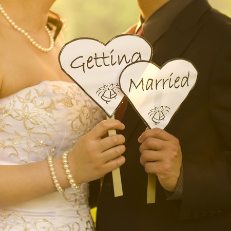 Photo pour Outdoor Bride and Groom holding getting married sign - image libre de droit