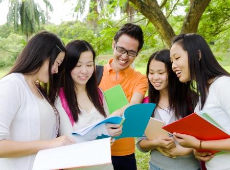 Photo pour Asian students in the discussion  - image libre de droit
