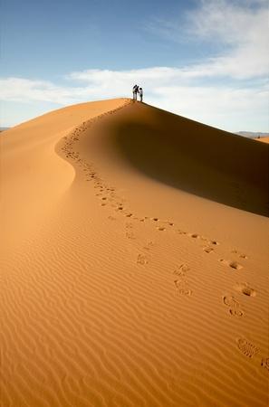 Foto de People at the dunes of the Moroccan Sahara - Imagen libre de derechos