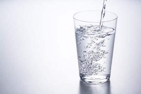 Foto de pouring water into glass - Imagen libre de derechos