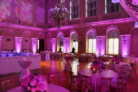 Foto de beautiful wedding flower decoration in palace - Imagen libre de derechos