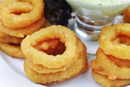 Fried onion rings with green souse
