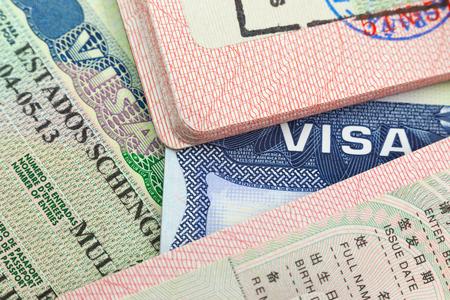 Photo pour Chinese, USA and Shengen European visas in passports - adventure background - image libre de droit