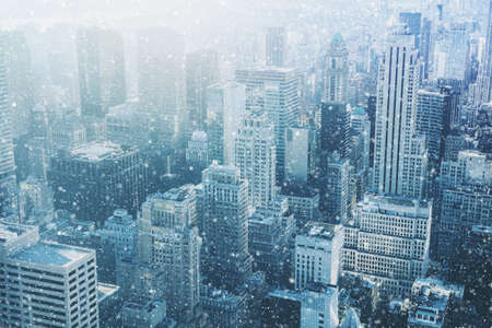 Photo pour Snow in New York City - fantastic image,  skyline with urban skyscrapers in Manhattan, USA - image libre de droit