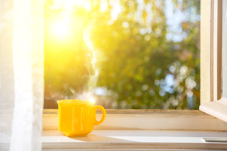 Photo pour Good morning! Cup on the window with sun and defocused nature background - image libre de droit
