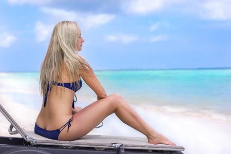 Foto de Beautifull girl on the ocean beach - wonderful morning with some clouds - Imagen libre de derechos