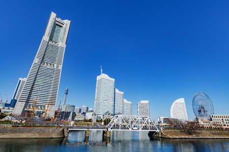 Photo pour Buildings and blue sky in Yokohama built by the sea - image libre de droit