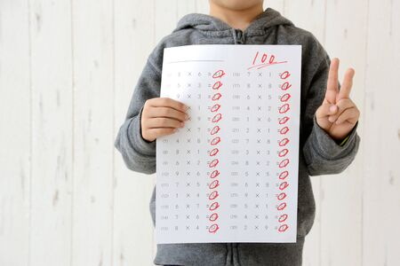 Foto de Children with a test of 100 points - Imagen libre de derechos