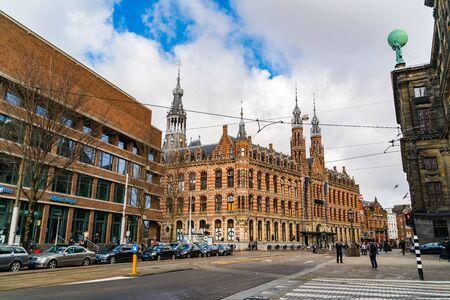 Foto de AMSTERDAM, NETHERLANDS - MARCH 4, 2016 : Tourists at Dam Square in Amsterdam, Netherlands - Imagen libre de derechos