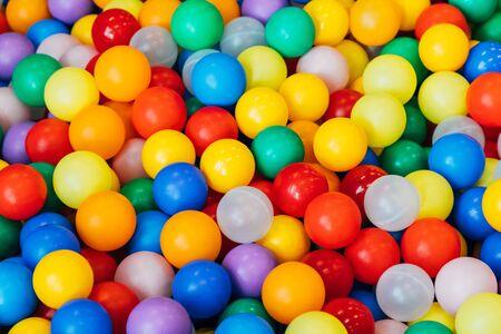 Foto de lot of plastic and colored balls in a chaotic manner - Imagen libre de derechos