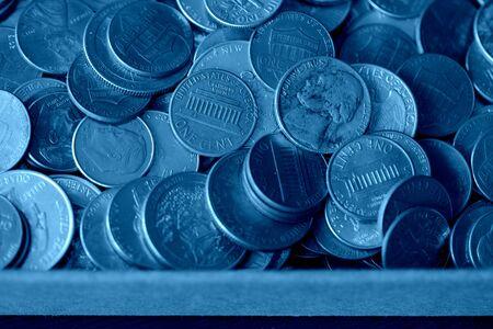 Photo pour Paper box with a bunch of American cents close up. Money background blue color toned - image libre de droit