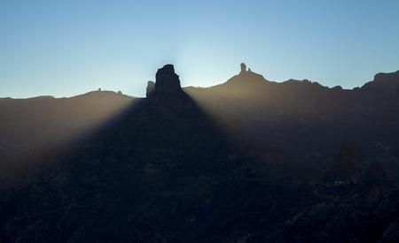 Photo pour Gran Canaria, December, Las Cumbres,  amazing winter solstice sunrise over rock formation Roque Bentayga as seen from Acusa Seca, the rock throwing a cone of shadow - image libre de droit
