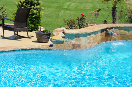 Photo pour Luxurious swimming pool in backyard of a residential home. - image libre de droit