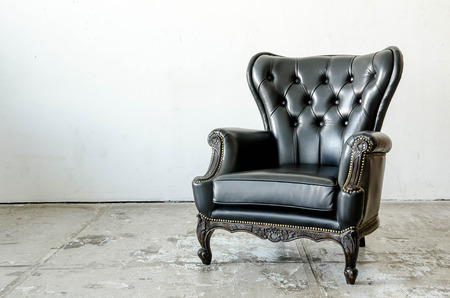 Foto de Black genuine leather classical style sofa in vintage room - Imagen libre de derechos