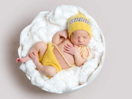 Photo pour Newborn baby asleeps in basket - image libre de droit