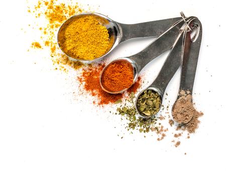 Photo pour bright spices in measuring spoons - image libre de droit