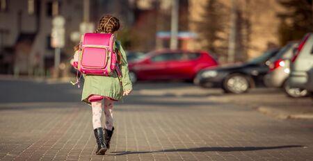 Photo pour little girl going to school - image libre de droit