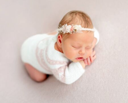 Photo pour Beautiful newborn dreaming - image libre de droit