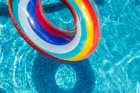 Photo pour Inflatable water activities circles tuba float on the water in the pool. Concept, fun, perky summer and relaxation - image libre de droit