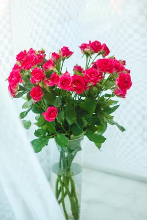 Foto de background of the many delicate little pink roses. - Imagen libre de derechos