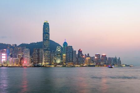 Photo pour Hong Kong skyline on the evening seen from Kowloon, Hong Kong, China. - image libre de droit
