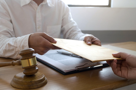 Foto de Lawyer send a contract documents to client in office. consultant lawyer, attorney, court judge, concept. - Imagen libre de derechos