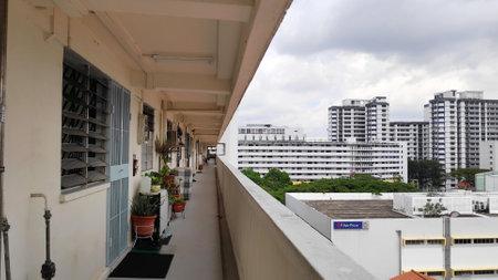 Foto de SINGAPORE- JAN 03, 2019: View of Singapore residential building also known as HDB - Imagen libre de derechos
