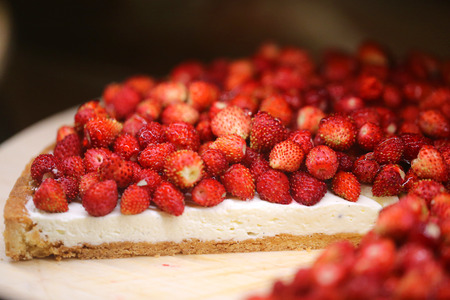 Photo pour Bright macro photo of beautiful delicious strawberry berry cheesecake on a shop window - image libre de droit