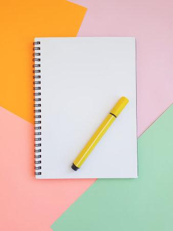 Photo pour notebook, felt-tip pen on a background of colored paper - image libre de droit
